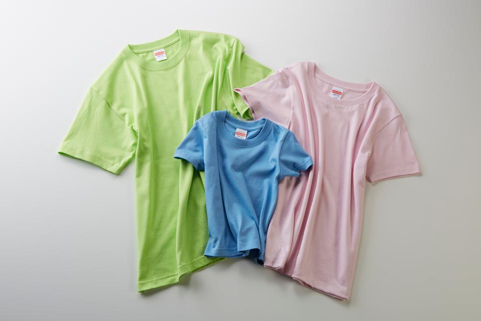 黄緑、青、ピンク色の3枚のTシャツ