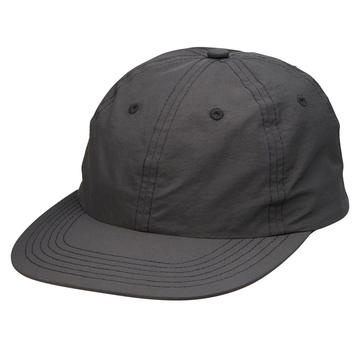 黒色のベースボールキャップ
