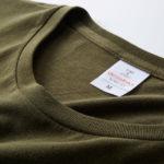 4.7オンスファインジャージーTシャツ(OD)の襟元の写真