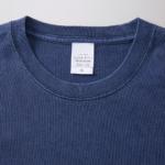 5.6オンスピグメントダイ染め加工のロングスリーブTシャツの襟元拡大画像