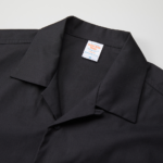 T/C生地のオープンカラーロングスリーブシャツ(ブラック)の襟元