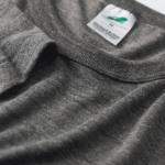 4.4オンス生地のトライブレンドTシャツの襟元画像(ヴィンテージヘザー)