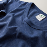 4.4オンス生地のトライブレンドTシャツの襟元画像(ヴィンテージヘザーネイビー)