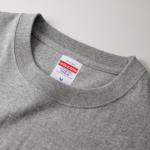6.0オンス生地のオープンエンドヘヴィーウェイトTシャツの首元画像(ヘザーグレー)