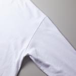 5.6オンス生地のビッグシルエットロングスリーブTシャツ(ホワイト)の肩の切り合わせ箇所の画像