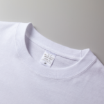 5.6オンス生地のビッグシルエットロングスリーブTシャツ(ホワイト)の襟元の画像